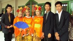 tim tari yang berfoto dengan penonton