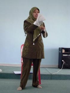 Bu Fathia menyampaikan materi mengurus jenazah