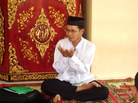 Pak Taufik menyampaikan materi tahlil