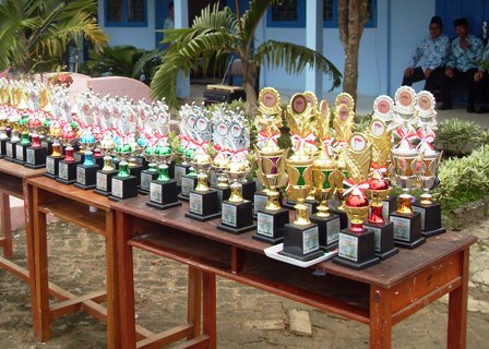 piala yang disiapkan oleh madrasah