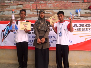 ki-ka :Wijaya, Bu Amel dan Riduan berfoto setelah pengumuman juara